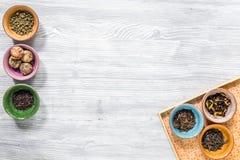 茶馆灰色木书桌背景舱内甲板的草本和绿茶放置大模型 免版税库存照片