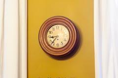 茶黄时钟对墙壁 免版税库存照片
