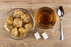 茶,与向日葵种子的曲奇饼在茶碟,多块的糖 免版税图库摄影