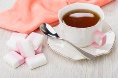 茶,匙子,桃红色餐巾,在桌上的蛋白软糖 免版税库存图片