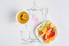 茶,有切片的一块板材柠檬,葡萄柚和桔子 库存照片