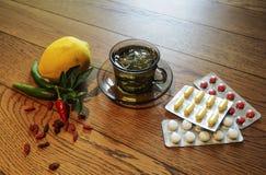 茶,胡椒,柠檬自然补救对药片 图库摄影