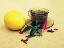茶,胡椒,柠檬自然补救对药片 免版税库存图片