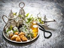 茶玻璃和罐,东方传统欢欣果仁蜜酥饼 Vinta 免版税库存图片