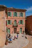 茶黄的传统五颜六色的房子和人们在鲁西永 库存图片