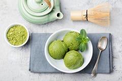 绿茶matcha在白色碗的冰淇凌瓢在灰色石背景 复制空间顶视图 免版税图库摄影
