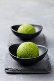 绿茶matcha在碗的冰淇凌瓢在灰色石背景 复制空间 免版税图库摄影