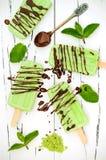 绿茶matcha薄菏冰棍儿用巧克力和椰奶 免版税库存图片
