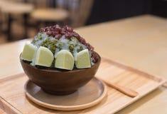 绿茶mochi冰了奶油并且刮了与红色的冰 库存照片