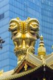 荆山寺庙金黄狮子雕象 免版税库存图片