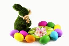 绿草与一个礼物盒的复活节兔子兔子用复活节五颜六色的鸡蛋 免版税库存照片
