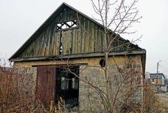 草丛林的被放弃的老砖房子  图库摄影
