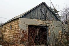 草丛林的被放弃的老砖房子  库存照片