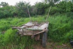 以绿草为背景的老俄国支架 购物车 大车 库存图片