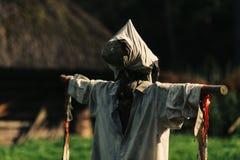 稻草人和传统小屋 库存图片