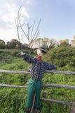 稻草人在一个菜园里在乡下 免版税库存照片