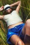 草休息的妇女年轻人 免版税库存图片