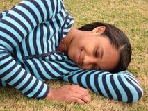 草休眠的妇女 免版税库存图片