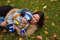 草位于的母亲儿子 免版税库存图片