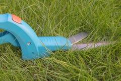 草剪或边缘剪,在草坪在它的用途前 免版税库存照片