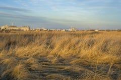 草原和工业风景 免版税库存照片