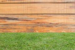 草和木头墙壁是水平地被排列的背景 库存图片