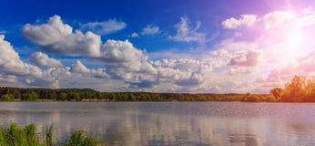 草和湖在日落期间 自然美好的横向 严重的天空 湖的意想不到的看法在sunlig下的森林里 库存照片