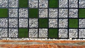 草和石墙的方形的检查样式有木地板的 免版税库存图片