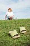 草坐的妇女 免版税库存图片