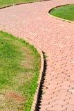 草坪中间名路 免版税图库摄影