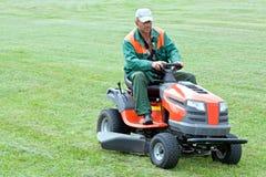草坪割的专业人员 免版税库存图片
