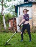 草坪割的妇女 免版税库存图片