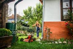 草坪割-夏天草坪割 免版税图库摄影