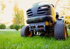 草坪拖拉机 免版税图库摄影