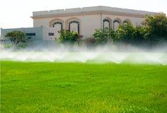 草坪灌溉 免版税库存图片