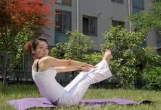 草坪瑜伽 免版税图库摄影
