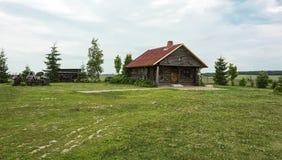 草坪的木村庄房子在一多云天 免版税库存图片