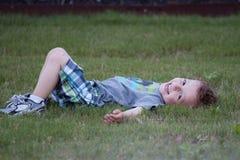 草坪的男孩 库存照片