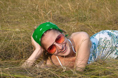 草妇女年轻人 免版税库存图片