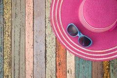 草帽和太阳镜在葡萄酒木头 暑假backgrou 库存照片