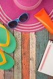 草帽和太阳镜在葡萄酒木头 暑假backgrou 免版税图库摄影