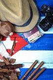 草帽和葡萄酒旅行集合 免版税库存图片
