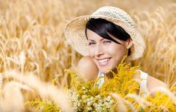 草帽的俏丽的女孩反对黑麦领域 免版税图库摄影
