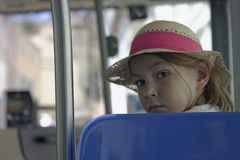 草帽的女孩在公共汽车 免版税图库摄影