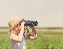 草帽的小白肤金发的女孩 免版税库存图片