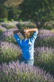 草帽的少妇享受淡紫色领域,伊斯帕尔塔,土耳其的 免版税图库摄影