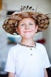草帽的男孩 免版税库存照片
