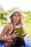 草帽的白肤金发的妇女用戒毒所椰子 库存图片