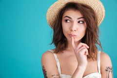 草帽的看体贴的少妇想知道和  免版税图库摄影