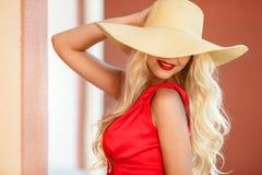草帽的美丽的妇女有大边缘的 免版税库存照片
